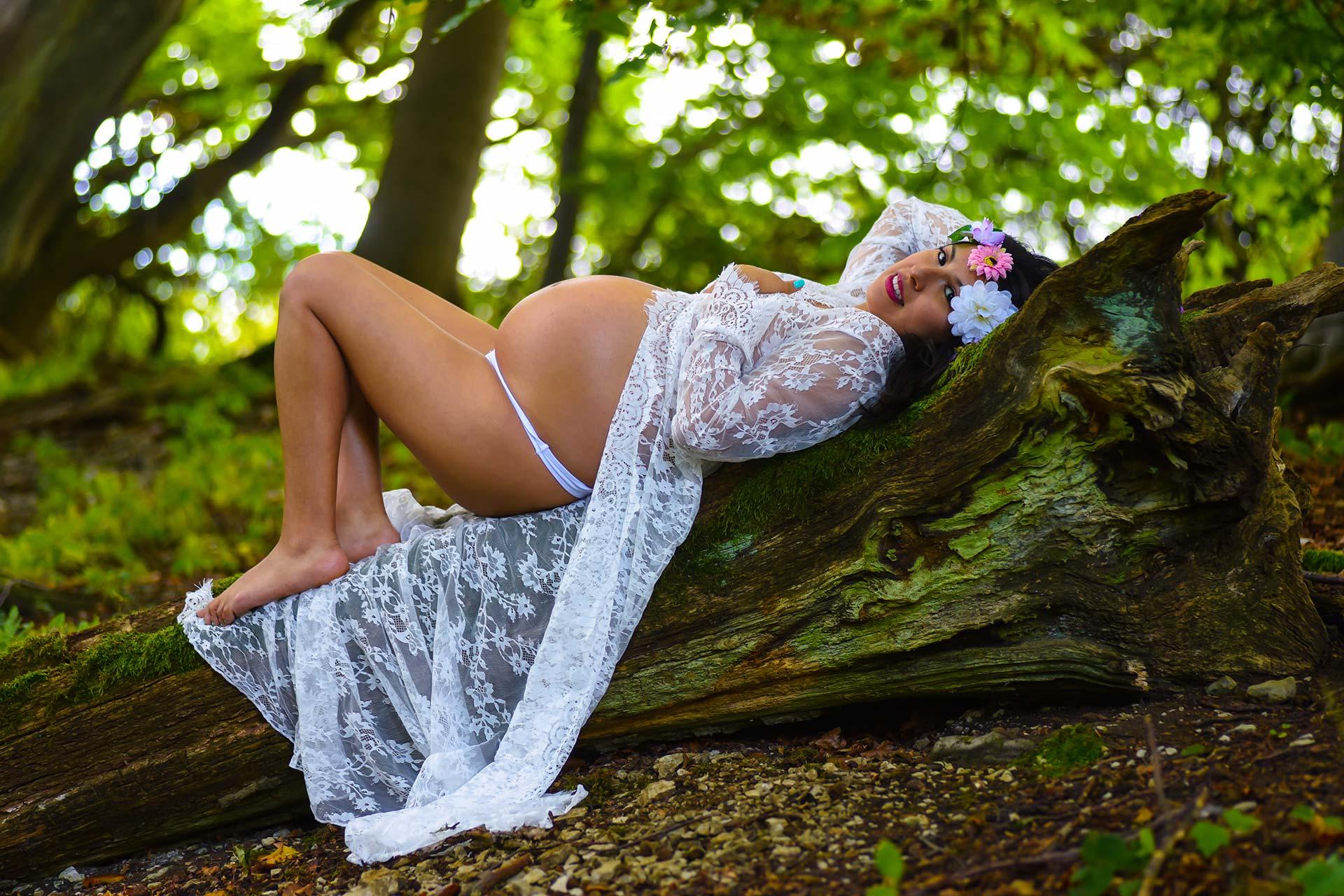 Portraitfotografie - Aufnahme einer Schwangeren im Wald