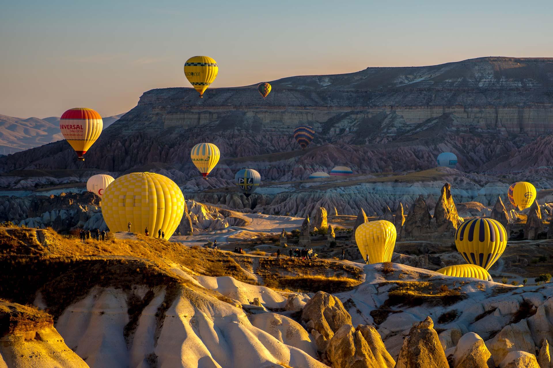 Nahaufnahme zweier Ballons mit weiteren im Hintergrund, Travel