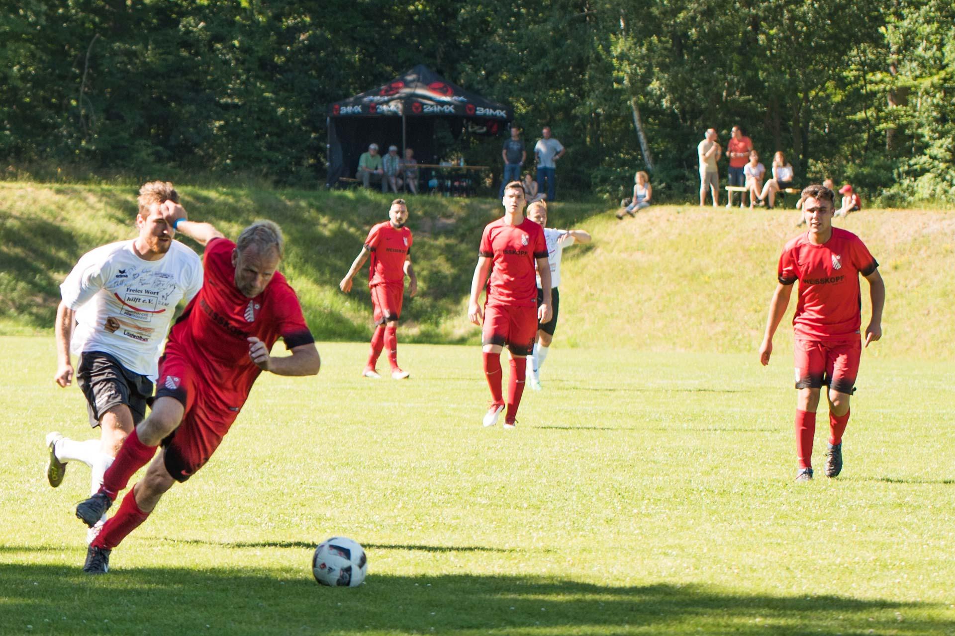 Eventfotografie - Stuermer beim Fussballspiel