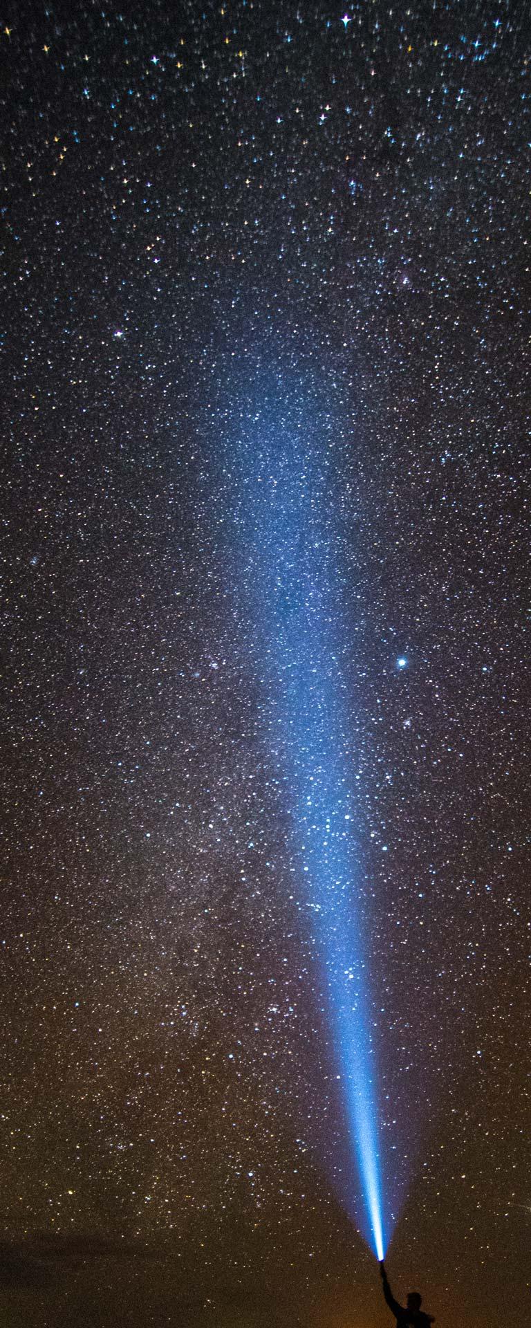 Nachtfotografie - Taschenlampenschein im Himmel